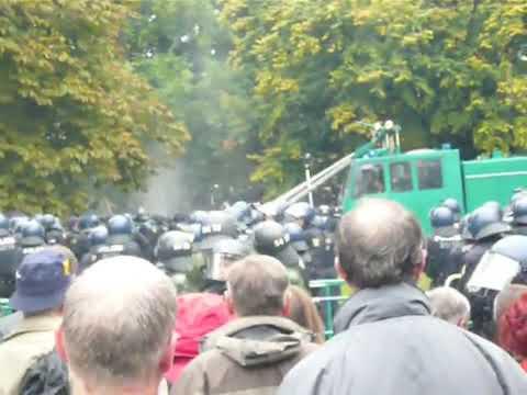 S 21 Stuttgart: Polizei geht mit Wasserwerfern gegen Demonstranten vor /2