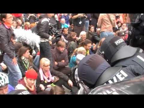 Demonstranten gegen Stuttgart 21 versuchen mit Sitzblockade Wasserwerfer zu stoppen