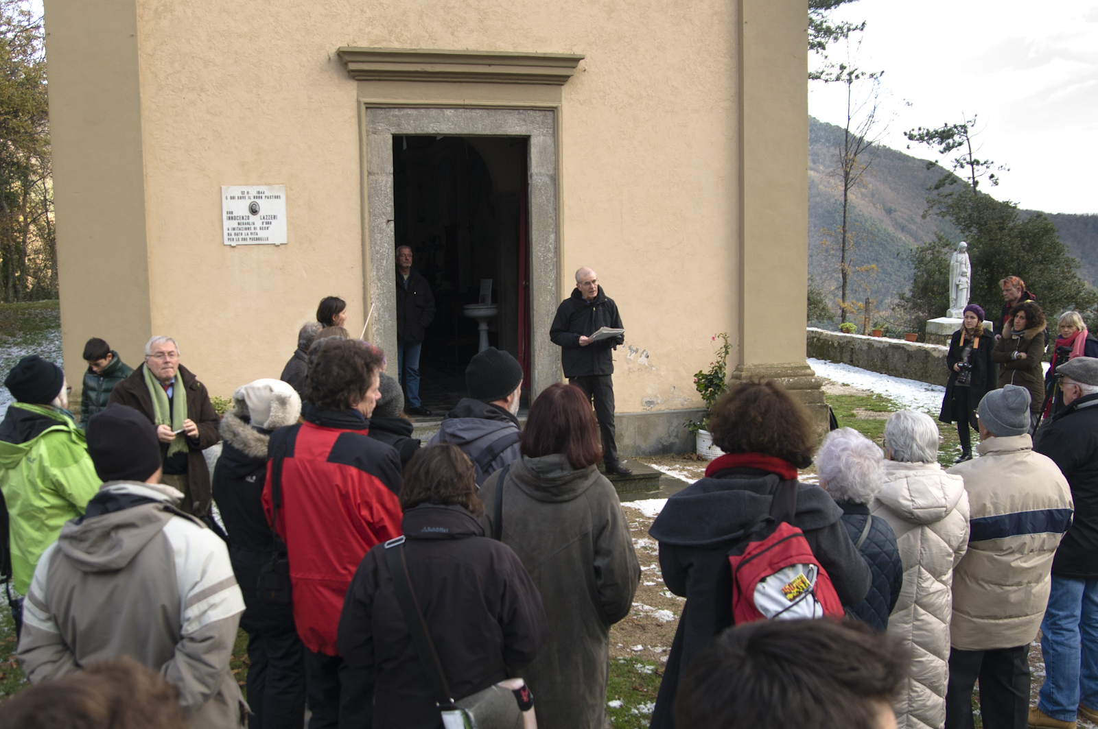Stuttgarter Delegation vor der Kappele in St. Anna, wo die Kinder aus dem Dorf vor dem Massaker immer spielten