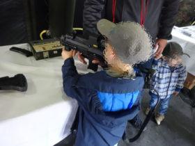 Beim Tag der Bundeswehr in Stetten am kalten Markt: Kind mit Maschinenpistole von Heckler und Koch © DFG-VK