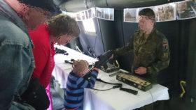 Da freuen sich die Großeltern, dass der Junge so schön auf einen Soldaten zielt! © DFG-VK