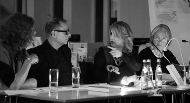 Wajiah Said in lebhaftem Gespräch, rechts neben ihr die Stuttgarter Künstlerin Christa Lippelt.
